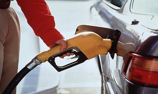国内成品油价迎年内最大跌幅 加满一箱92号汽油节约15元