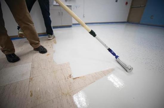 翻新硬木地板和弹性地板表面可比更换地板减少高达75%的碳足迹